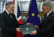 """Austritt endgültig: Der britische EU-Botschafter Tim Barrow (l.) überreicht dem Generalsekretär des EU-Rates, Jeppe Tranholm-Mikkelsen in Brüssel die Brexit-Ratifizierungsurkunde.Lukas Mandl: """"Auf lange Sicht kann es für Großbritannien nur einen Wiedereintritt in die EU geben."""""""