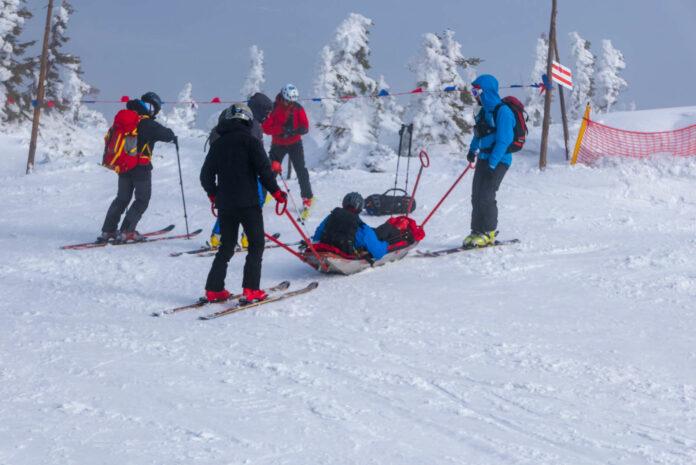 Mit der richtigen Vorbereitung auf das Skivergnügen kann ein Unfall eher verhindert werden. Ist das Malheur passiert, muss die Bergrettung mit dem Akia ausrücken.