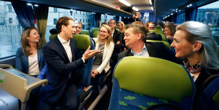 """""""Reiseleiter"""" Bundeskanzler Sebastian Kurz brachte die türkis-grüne Regierung am Mittwoch zu ihrer ersten Klausur nach Krems, wo man bis Donnerstag in einem Hotel am Fuße der Weinberger einquartiert ist. Am Ende steht am Donnerstag ein Sitzung des Ministerrates."""