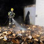 Die Feuerwehr konnte ein Übergreifen auf die Fassade des Hauses verhindern.