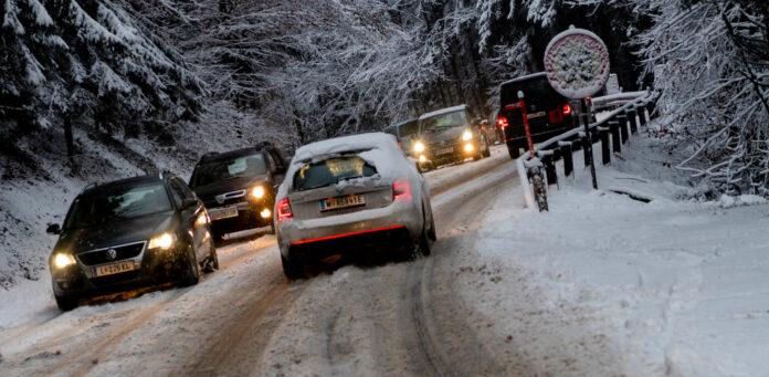 Der Wintereinbruch sorgte am Mittwoch in den Morgenstunden auf den Straßen für erhebliche Schwierigkeiten.