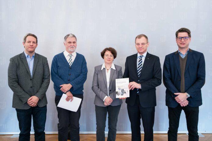 V.l.: Philipp Rohrbach, Béla Rásky, Brigitte Kepplinger, LH Thomas Stelzer, Florian Schwanninger