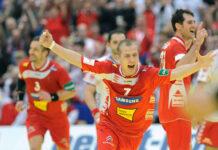 Ein Bild, das die EM 2010 perfekt beschreibt: Robert Weber (M.) jubelt in Linz über den Sieg gegen Serbien. Der Flügelspieler hatte damals mit 28 Toren großen Anteil am Abschneiden des ÖHB- Teams. Zehn Jahre später ist der heute 34-Jährige, wie Goalie Thomas Bauer, erneut mit dabei.