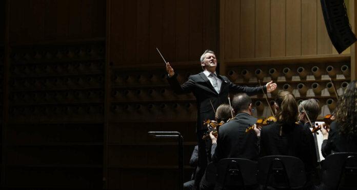 Dirigent Markus Poschner führt die Musiker zu euphorischem Einsatz