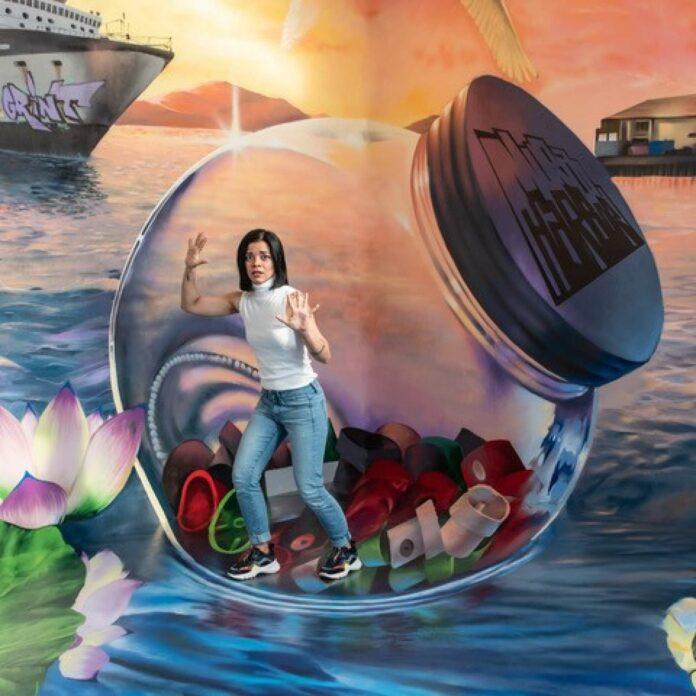 Anamorphe Malerei von Kaisy und Grint schafft, im richtigen Winkel fotografiert, eine Illusion.