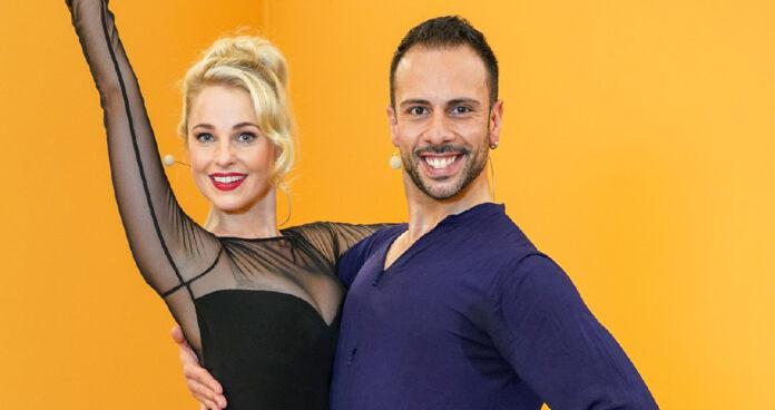 Silvia Schneider und ihr Profitänzer Danilo Campisi tanzen nicht nur miteinander,sie stimmen sich auch singend aufdie anstrengende Probenarbeit ein.