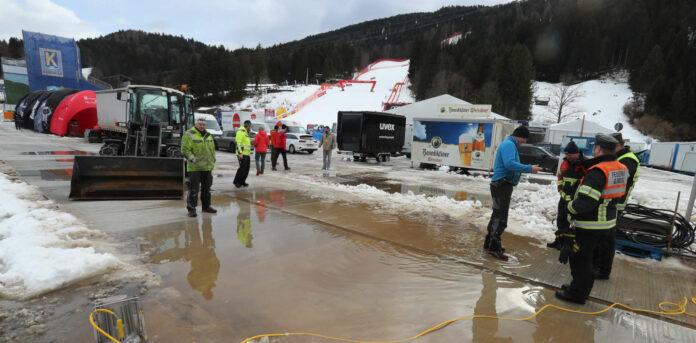 Der Kampf gegen die Wetterbedingungen (wie zuletzt in Garmisch/Bild) ist derzeit für viele Veranstalter angesagt.