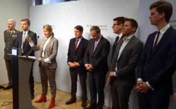 Erörterten am Donnerstag die neue Lage (v. l.): Generalsstabschef Robert Brieger, Finanzprokuratur-Chef Wolfgang Peschorn , Verteidigungsministern Klaudia Tanner (ÖVP) und die Wehrsprecher der Parlamentsparteien — Reinhard Bösch (FPÖ), Michael Hammer (ÖVP), Robert Laimer (SPÖ), David Stögmüller (Grüne) und Douglas Hoyos-Trauttmansdorff (Neos).