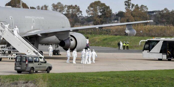 Nach wie vor werden Europäer aus der Region Wuhan heimgeholt. Am Montag landete ein Militärflieger mit Italienern in Rom.