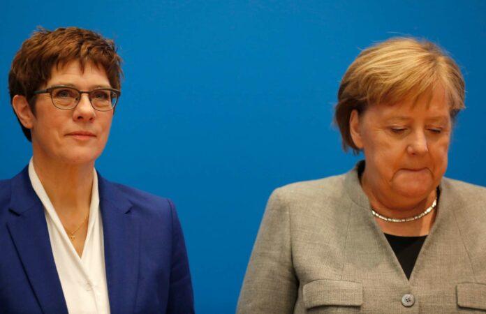 Gescheitert: Annegret Kramp-Karrenbauer mit ihrer Mentorin Angela Merkel (r.).