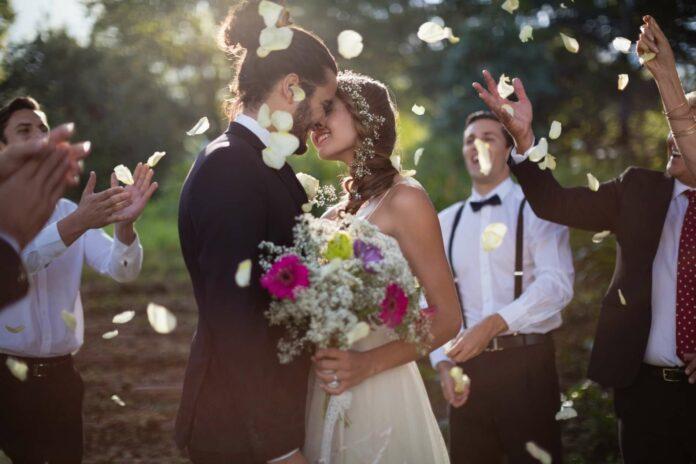 """Eine freie Trauung kann grundsätzlich überall stattfinden. Egal ob auf einem Berg, im Wald, im eigenen Gartenoder direkt bei der Hochzeitslocation, wo danach gefeiert wird. """"Es ist für alle, die keine Standardtrauung möchten, sondern eine wunderschöne, persönliche, individuelle Zeremonie"""", so Karin Beck. Aber aufgepasst: Rechtlich bindend ist sie nicht."""