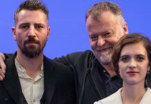 """Regisseur Stefan Ruzowitzky (M.) mit seinen """"Hinterland""""-Darstellern Liv Lisa Fries und Murathan Muslu bei den Dreharbeiten."""