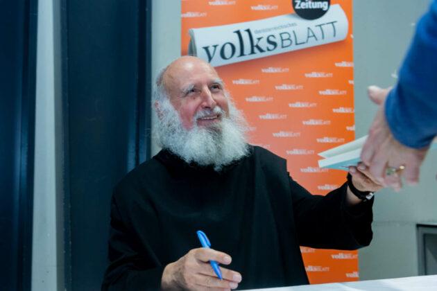 Pater Anselm beim Signieren seiner stark gefragten Bücher.