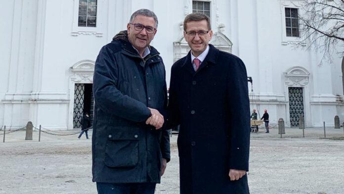 Stadtrat Georg Steiner und Wirtschafts-Landesrat Markus Achleitner beim Austausch in Passau.