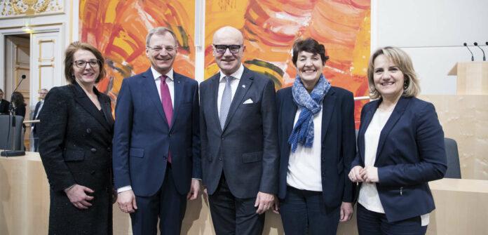 Das starke OÖVP- Team in der Länderkammer (v. l.): Judith Ringer, LH Stelzer, BR-Präsident Seeber, Andrea Holzner und Johanna Miesenberger.