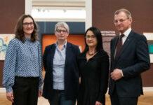 V. l.: Gabriele Spindler, Sabine Sobotka, Leiterin der Grafischen Sammlung, Monika Leisch-Kiesl und Landeshauptmann Thomas Stelzer