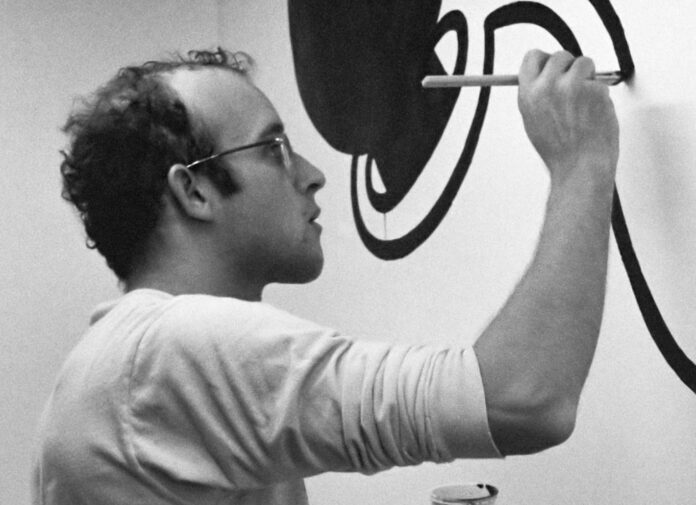 Keith Haring hier bei seiner Arbeit im Stedelijk Museum in Amsterdam, 1986.