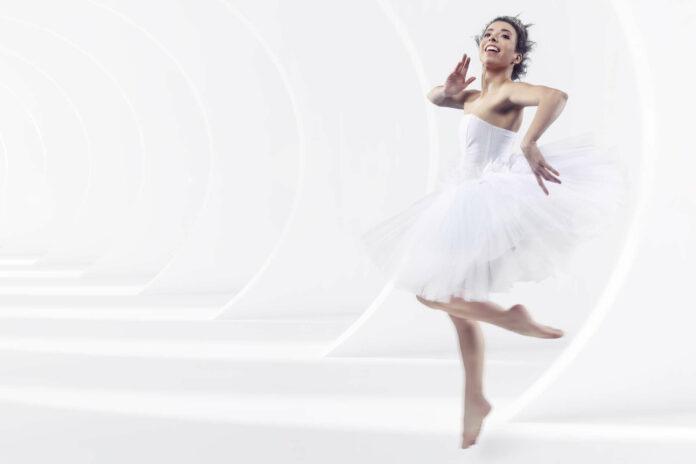 Lara Almonem tanzt die junge Cinderella