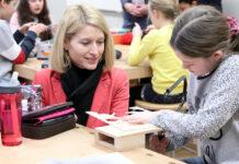 LH-Stv. Christine Haberlander besuchte in Wallern Volksschüler im Werkunterricht
