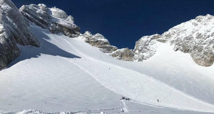 Bergretter brachen rasch zum Lawinenkegel auf, für die fünf Sportler, die von den Schneemassen erfasst worden waren, kam jedoch die Hilfe zu spät.