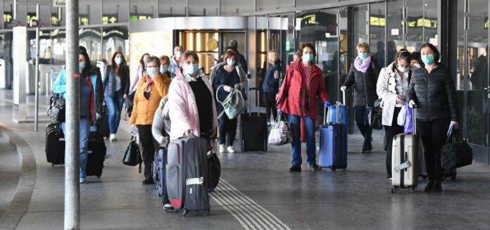 Das Land Niederösterreich hat gemeinsam mit der Wirtschaftskammer 250 Personen aus Rumänien und Bulgarien einfliegen lassen. Nach einer 14-tägigen Quarantäne sollen sie bis zu sechs Wochen lang im Bundesland tätig sein.