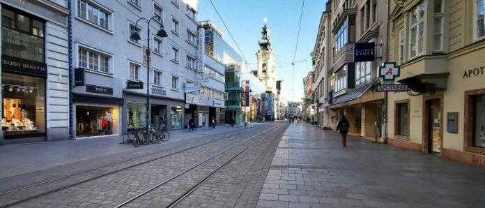 Blick in die beinahe menschenleere Linzer Landstraße: Die Bevölkerung kommt dem Aufruf, möglichst daheim zu bleiben, sichtlich nach.