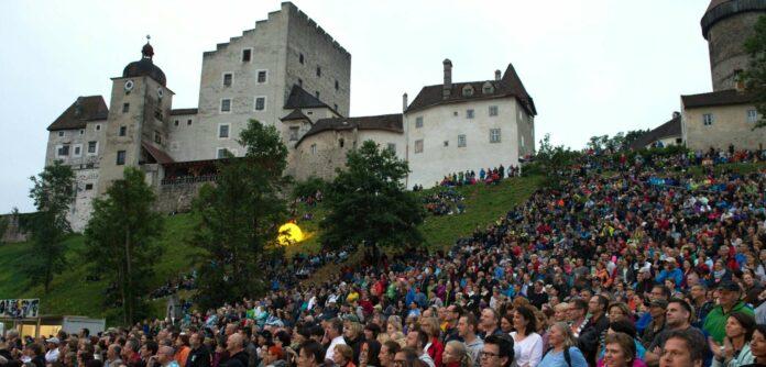 Die Burgwiese unterhalb von Burg Clam ist seit mehreren Jahren Austragungsort von Konzerten.