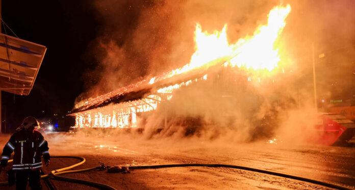 Auch der Brand einer Lagerhalle in Enns geht auf das Konto der Angeklagten.