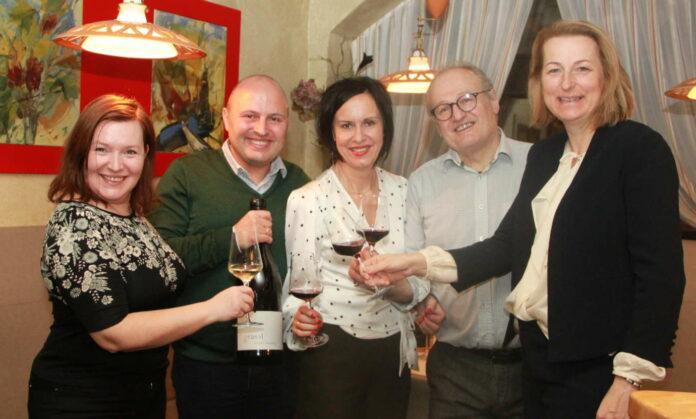 Waren bei der Ermittlung der Weine fürs Finale der Stadtwein-Kür dabei: (v. l.) Das Unternehmer-Paar Sigrid und RupertWeichselbaumer, die Weinlenz-Veranstalter Gertraud und Herbert Gossenreiter und Bürgermeisterin ElisabethParuta-Teufer