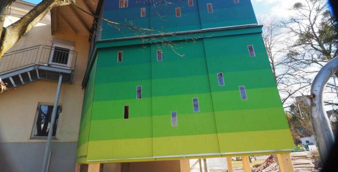 Die Turm-Außenfassade greift die beim Färben mit Indigo entstehende Farbabfolge von Grün nach Blau auf.