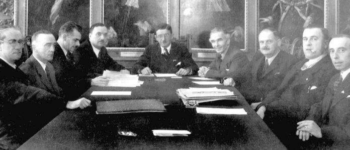Die erste Parteivorstandssitzung der ÖVP (v. l.): Edmund Weber, Hans Pernter, Felix Hurdes, Lois Weinberger, Leopold Figl, Raoul Bumballa, Julius Raab, Ferdinand Graf und Franz Latzka