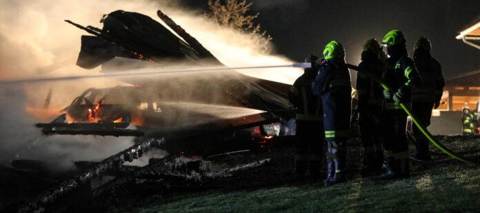 In Wartberg/Krems wurden zwei Nebengebäude eines Hofes ein Raub der Flammen.