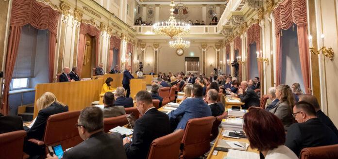 Dieses Bild wird es am kommenden Donnerstag nicht geben, der Landtagssitzungssaal bleibt leer, weil die Sitzung des Landesparlaments in den Ursulinenhof verlegt wurde.