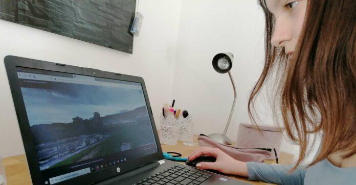 Die Schüler erarbeiten anhand von Videos und Arbeitsblättern online einzelne Stationen der Rundgänge im ehemaligen Konzentrationslager