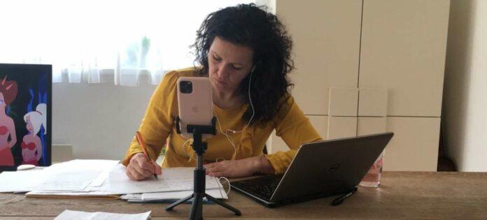 """Der Arbeitsplatz von OÖVP-Klubobfrau Helena Kirchmayr ist coronabedingt nach Hause verlegt. """"Wir erleben eine unglaublich intensive Zeit und sind per Telefon, E-Mails und Videokonferenzen vernetzt"""", resümiert sie die ersten Wochen."""