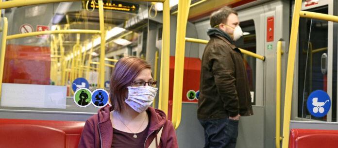 Mund-Nasen-Schutz und Abstand: Nur so dürfen ab Dienstag nach Ostern Öffis benützt werden.