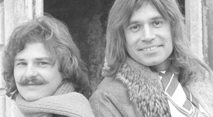"""1976 mit Robinson und """"My Little World""""beim Songfestival, 2020 beim """"kleinen""""Song Contest in der Jury: Waterloo (r)."""