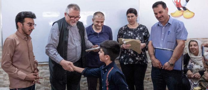 """Pater Jens (2. v. l.) bei der Übergabe von """"Zertifikaten"""" nach einem Mathematikkurs in der Kirche von Sulaymaniyah.Hort der Hoffnung: Die Kirche von Sulaymaniyah."""