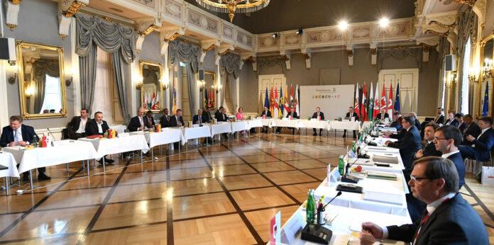 """Unter das Motto """"Gemeinsam Zukunft gestalten"""" habe Oberösterreich den Vorsitz der Landeshauptleutekonferenz gestellt, so LH Thomas Stelzer, und dieses Motto habe sich auch unter den seit Wochen völlig geänderten Bedingungen nicht geändert. Dass die LH-Konferenz nach Wochen der Beschränkungen gestern in den Linzer Redoutensälen als physisches Treffen stattfinden konnte, wurde als Beleg für die Wirksamkeit der Maßnahmen gegen die Ausbreitung des Corona-Virus gesehen. Nun werde es gelingen, """"Österreich gesund zu halten und stark zu machen"""", so Gastgeber Stelzer."""