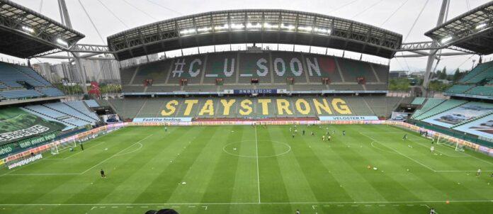 Nicht nur in Südkorea, wo seit gestern wieder Fußball gespielt wird, stehen die Stadien leer. Über die Sinnhaftigkeit von Geisterspielen herrscht Uneinigkeit.