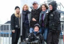 """Anfang März wurde für den """"Tatort: Hetzjagd""""noch gedreht: v. l.: Anna Herrmann, Lisa Bitter, Regisseur Tom Bohn, Ulrike Folkerts, Kamerafrau Cornelia Janssen und vorne Kamera-Assistentin Mona Ostertag"""