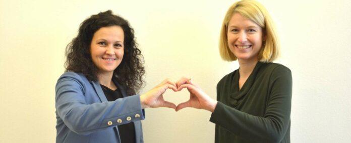KO Kirchmayr (l.) und LH-Stv. Haberlander: Mit dem Herz-Symbol in Gestalt einer Menschenmenge oder als mit den Händen geformte Geste wird zur Solidarität mit MS-Erkrankten aufgerufen.