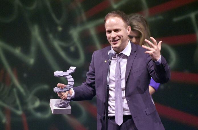 """Für seinen Debütfilm """"Die beste aller Welten"""" erhielt Adrian Goiginer u. a. den Österreichischen Filmpreis. Jetzt verfilmt er — wieder mit Verena Altenberger — Mitterers """"Märzengrund""""."""