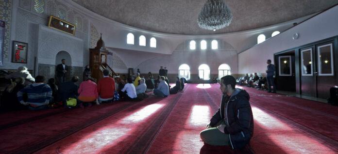 Ab 15. Mai werden in jenen Moscheen (im Bild die Moschee in Wien-Floridsdorf), die die strengen Auflagen erfüllen können, das Morgen-, Mittags- und Nachmittagsgebet wieder aufgenommen — allerdings muss zwei Meter Abstand zum nächsten Betenden gehalten werden.