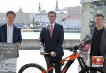 Andreas Winkelhofer (Oberösterreich Tourismus), LR Markus Achleitne und Stefan Limbrunner (KTM Fahrrad) setzen auf`s Rad.
