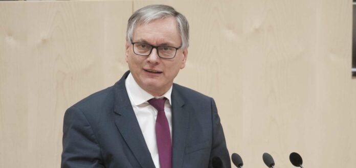 Der oberöstereichische SPÖ-Abgeordnete Stöger skandalisiert weiterhin die Beschaffung von Corona-Schutzausrüstung für Oberösterreich — und trägt die Causa nun sowohl ins Parlament als auch vor die Staatsanwaltschaft.