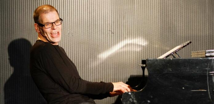 """Am 22. Juli präsentiert Musiker David Wagner im Botanischen Garten sein Programm """"Alles Wagner"""" und macht dabei alles selbst — vom Gesang übers Klavier bis zur Geige und dem Glockenspiel."""