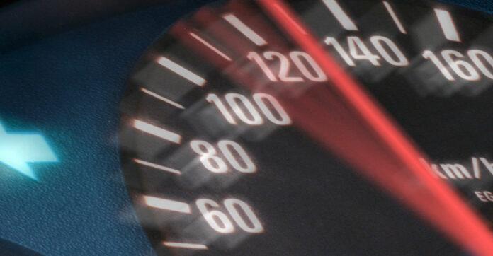 Tachometer zeigt Tempo 130