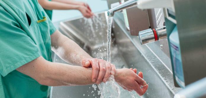 Die richtige Händehygiene ist extrem wichtig, um Krankenhauskeime zu vermeiden.