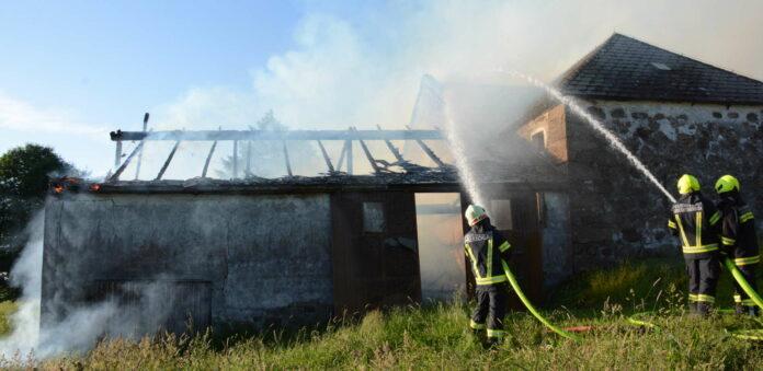 Trotz des raschen Feuerwehreinsatzes konnte das Wirtschaftsgebäude beim Brand in der Ortschaft Bernhardschlag nicht mehr gerettet werden.